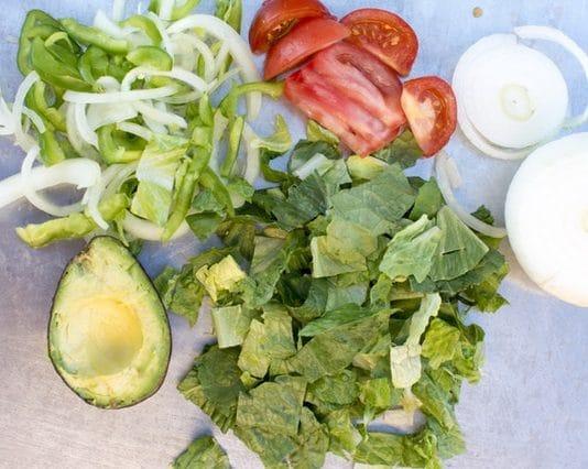 Agurk -, tomat - og avokadosalat