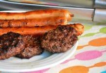 Grillpølser og hakkebøf på grill